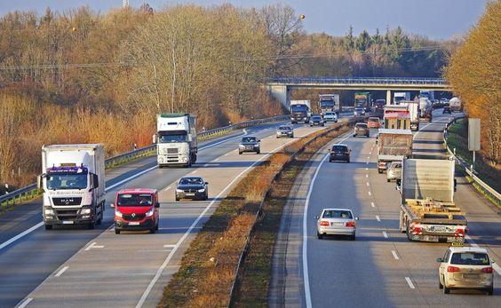 carros em uma rodovia
